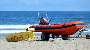 Oproep aan strandwandelaars: neem tas mee voor aangespoelde spullen op Texel