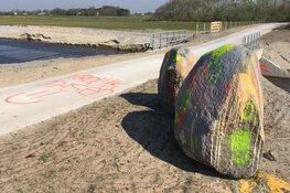 Prehistorische zwerfkeien op Texel besmeurd met verf: 'Vrolijk Pasen'