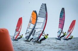 Windsurfers zweven voor Texel op dag twee Waves Festival