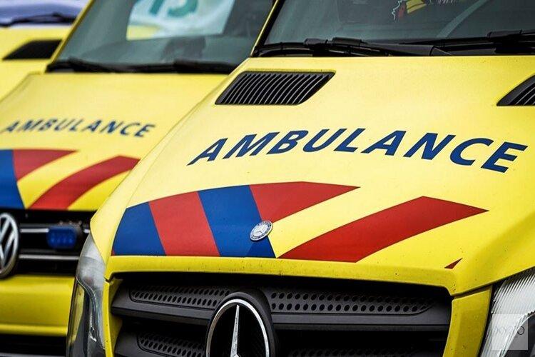 Auto en scooter botsen op Texel: twee gewonden