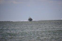 Zeilboot in problemen tussen Waddeneilanden