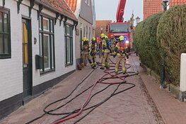 Brand in woning aan smal straatje Oosterend, geen bewoners aanwezig