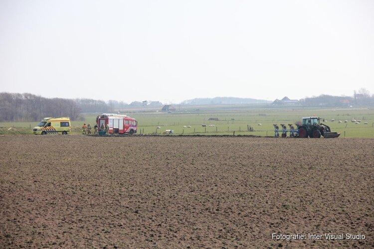 Persoon met hand bekneld in landbouwvoertuig bij Den Burg
