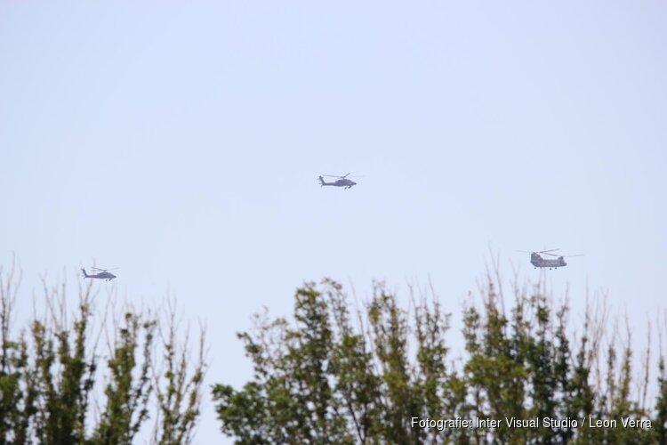 Gevechtshelikopters doen 'missing man formation' na begrafenis omgekomen militairen bij helikoptercrash